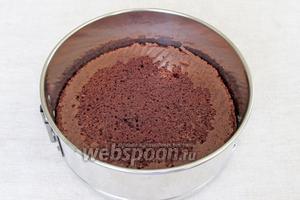 Бисквит выложить в форму, пропитать вишнёвым сиропом.