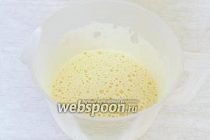 Яйца взбить с сахаром до пышной, белой массы и полного растворения крупинок сахара.