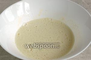 Взбить яйца с сахаром и щепоткой соли.