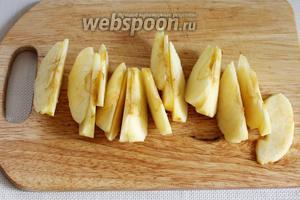 Яблоко очистить от кожуры и семян и нарезать дольками.