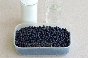 Для приготовления варенья нужно взять зрелые, но не перезревшие ягоды черники, воду и сахар.