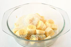 Бананы порезать, соединить с сахаром, водой, лимонной кислотой. Измельчить с помощью блендера.