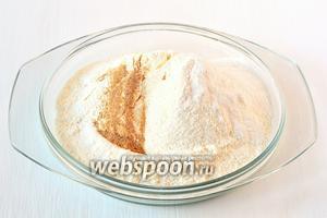Отдельно соединить просеянную муку, разрыхлитель, соль, мускатный орех.