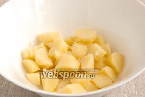 Картофель отварить до готовности, дать остыть, почистить и нарезать крупными ломтиками.
