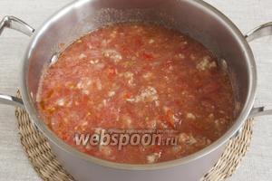 Помидоры промыть, разрезать на 4 части, вырезать плодоножку, натереть на мелкой тёрке так, чтобы осталась одна шкурка. Добавить помидорную массу в кастрюлю.