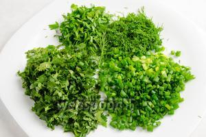 Подготовить зелень. Нарезать мелко укроп, кинзу, петрушку, зелёный лук.