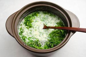 Добавить в суп зелень. Перемешать. Подержать на плите, помешивая, ещё 5-7 минут.