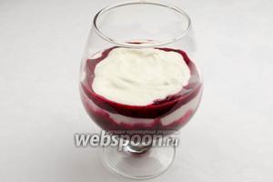 Следующим слоем выложить творожную массу. Чередовать слои творожный с ягодным с добавлением свежих ягод.