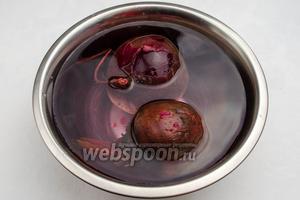 Готовую свёклу вынуть из кастрюли и опустить в миску с холодной водой (таким образом свёклу легко будет очистить от кожуры).