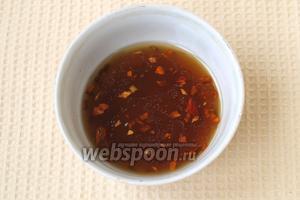 Приготовить маринад: соединить уксус, масло и соевый соус, добавить сахар, нарезанный чеснок и перец. В конце влить тёплую кипячёную воду.