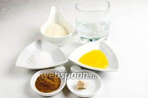 Готовим тесто. Для этого нужно взять дрожжи, газированную воду, солод, мёд, соль, семолину, оливковое масло.