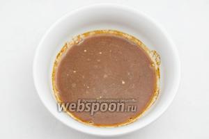 Растереть дрожжи с мёдом и солодом. Развести водой комнатной температуры.