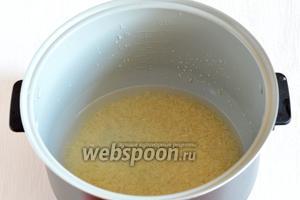 В чаше мультиварки (у меня мультиварка Polaris) соединить промытый рис и воду.