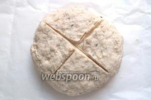 Смажьте маслом пекарскую бумагу. Положите готовый шар теста. Сделайте сверху крестообразный надрез (традиционный узор содового хлеба) и выпекайте в духовке примерно 35-40 минут. При постукивании рукой по корочке готового хлеба должен отчетливо слышаться пустой звук.