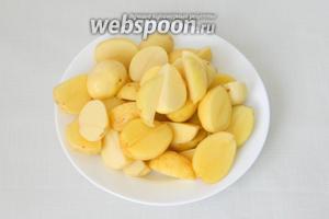 Картофель чистим, моем и делим на 2-4 части, в зависимости от размера.
