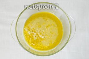 Готовим маринад из 4-х ст. л. оливкового масла, выжатого сока лимона, соли и перца.