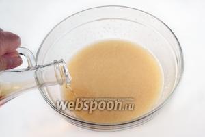 Добавляем уксус, сахар и соль, перемешиваем. Для более однородной консистенции можно дополнительно пройтись по массе погружным блендером.