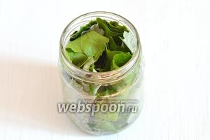 Заполнить трубочками из виноградных листьев пол-литровые простерилизованные банки, размещая трубочки вертикально.