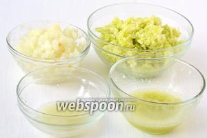 Измельчить лук и кабачок с помощью кухонного комбайна (насадка- металлический нож), хорошо отжать сок.