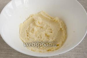 Мягкое сливочное масло растереть с сахаром и щепоткой соли.