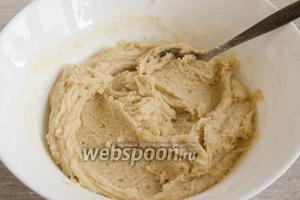 Добавить яйцо, холодную воду, перемешать. Добавить просеянную вместе с разрыхлителем и ванильным сахаром муку. Вымешать мягкое, пластичное тесто.