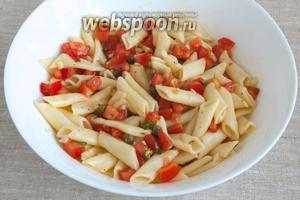 Готовые пенне откинуть на дуршлаг, дать стечь воде, соединить с помидорным «соусом». Перемешать и сразу подавать к столу.