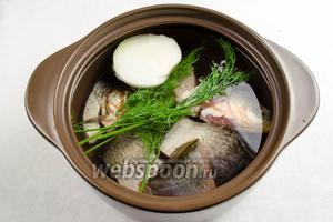 Рыбу выложить в кастрюлю. Добавить половину 1 луковицы, веточки укропа (3 штучки).