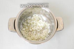 В кастрюле растапливаем сливочное масло и пассируем в нём лук.