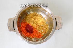 Затем добавляем томатную пасту, булгур и чечевицу.