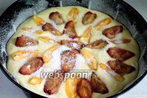 В тесто уложить, притопляя и чередуя, дольки фруктов. Поставить в нагретую до 200°C духовку на 10 минут, потом температуру снизить до 150 и выпекать ещё 10-15 минут.