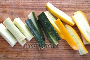 Вымойте и нарежьте кабачки небольшими ломтиками, такими, чтобы их было удобно брать палочками.