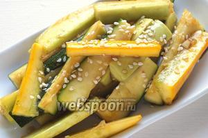 Готовый салат можно посыпать кунжутом или зеленью кинзы.