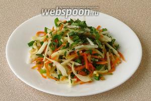 При подаче посыпать салат измельченной зеленью петрушки.