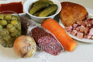 Для приготовления солянки в микроволновой печи нужно взять копчёности, маринованные огурцы, томатный сок, морковь, лук, оливки, сливочное масло, чеснок, зелень, специи, кипяток.