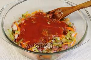 Добавить в кастрюлю томатный сок и пару ложек маринада от корнишонов.