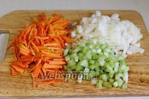 Мелко нарезать лук, морковь, стебель сельдерея.