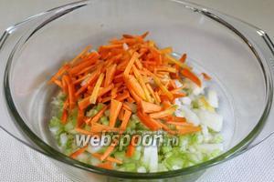Добавить к маслу нарезанные овощи.