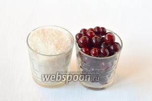 Для приготовления вишни в собственном соку нам понадобится вишня и сахар.