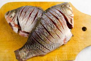 При помощи острого ножа, от хребта до брюха рыбы, сделать с обеих сторон перпендикулярные надрезы. Это необходимо сделать для того, чтобы перерезать мелкие кости, расположенные вдоль хребта.