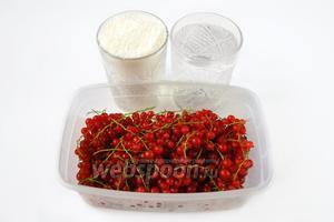 Для компота нам нужны ягоды красной смородины, сахар и фильтрованная или бутилированная вода.