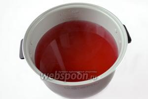 Сливаем воду из банки, накрыв её на время специальной крышкой с дырочками, чтобы ягоды остались в банке. Добавляем в слитую воду сахар и доводим до кипения.