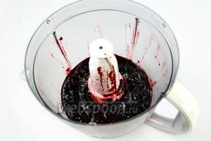 Помещаем ягоды черники в комбайн или блендер с пластмассовой насадкой, перетираем их до состояния пюре.
