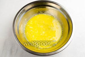 Добавить 2 яйца и 1 желток (1 ст.л. отложить для смазки). Перемешать с масляной смесью.