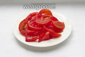 Помидоры нарезать ломтиками, освободив от лишнего сока. Лучше всего использовать для таких салатов помидоры черри.