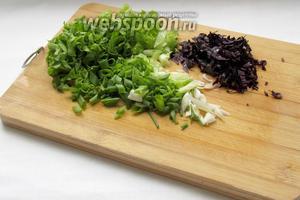 Зелёный лук, салат и базилик нарезать.