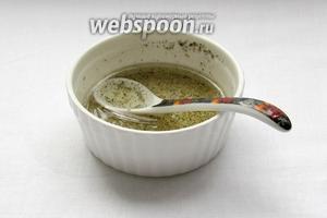 Приготовить заправку, смешав оливковое масло и уксус. Слегка подсолить солью с травами, добавить щепотку сахара.