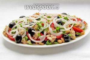 Сверху разложить помидоры, рыбу, маслины, зелёный лук. Украсить колечками маринованного лука и полить заправкой. Салат готов. Рекомендую!