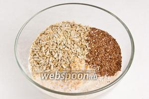 Затем поместить все ингредиенты в миску, а именно: овсянку, ржаную муку, лён, кунжут, семечки, соль, кориандр и всё перемешать. Не забываем часть (по 1 ст. л.) кунжута, семян льна и семечек оставить на посыпку.