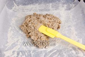 Подготовить противень: застелить пергаментной бумагой и смазать маслом или присыпать мукой. Далее выложить тесто на противень и разровнять лопаточкой.