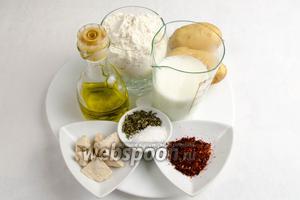 Чтобы испечь фокаччу, нужно взять муку, картофель, молоко, дрожжи, сахар, оливковое масло, сушеные помидоры, тимьян, морскую соль.